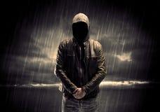 Terrorista anónimo en sudadera con capucha en la noche fotos de archivo libres de regalías