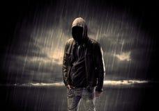 Terrorista anónimo en sudadera con capucha en la noche Fotografía de archivo libre de regalías