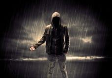 Terrorista anónimo en sudadera con capucha en la noche Foto de archivo libre de regalías