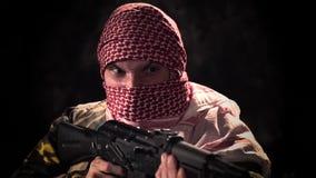 Terrorista arrabbiato di Balaclava con la minaccia della mitragliatrice archivi video