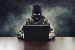 Terrorista cibernético en uniforme militar imagen de archivo