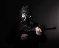 Terrorista com máscara de gás fotos de stock