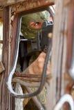 Terrorista em uma máscara com um injetor imagem de stock