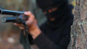 Terrorista mascherato stock footage