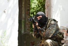 Terrorista na máscara preta com um injetor foto de stock
