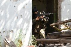Terrorista na máscara preta com um injetor imagens de stock