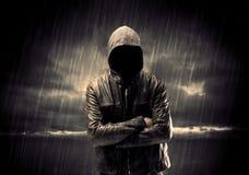 Terroriste anonyme dans le hoodie la nuit photographie stock