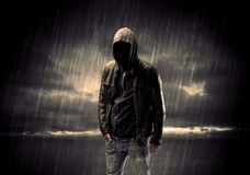 Terroriste anonyme dans le hoodie la nuit photographie stock libre de droits