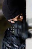 Terroriste armé orientant l'appareil-photo images libres de droits