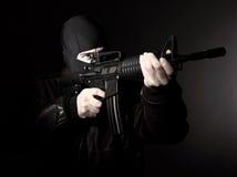 Terroriste avec le fusil images stock