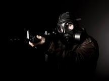 Terroriste avec le masque de gaz photographie stock libre de droits