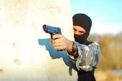 Terroriste avec le masque et le canon photos libres de droits
