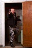 Terroriste avec une arme à feu dans le stroma image libre de droits