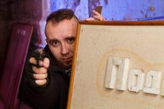 Terroriste barbu avec une arme à feu photographie stock