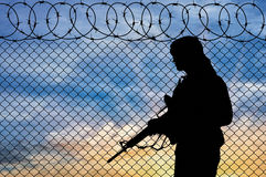 Terroriste de silhouette près de la frontière photos stock