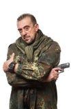 Terroriste masculin dans une veste militaire avec une arme à feu dedans image libre de droits