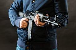Terroriste tenant le fusil de kalachnikov image stock