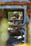 Terroriste visant avec un canon photos stock