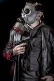 Terroriste, voleur, homme armé avec la veste en cuir noire, dangereuse images stock
