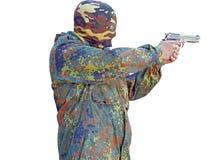 Terrorister som siktar hans vapen under maskeringen royaltyfria bilder