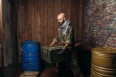 Terrorysta w jednolitych ładunków pudełkach amunicje zdjęcia stock