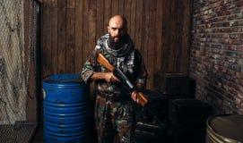Terrorysta w mundurze trzyma kałasznikow karabinowy zdjęcie stock