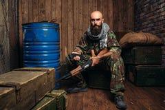Terrorysta wkłada magazyn w kałasznikowu karabin zdjęcia royalty free