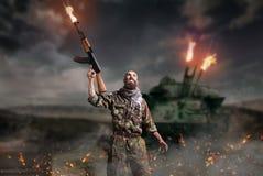 Terrorysta z karabinów stojakami w wybuchu i ogieniu zdjęcia royalty free