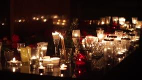 Terrorystyczny atak, militarne operacje Ludzie przynoszą kwiaty i świeczki honorować pamięć nieboszczyk pomnik zbiory wideo