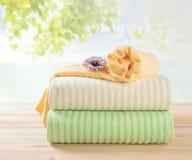 Terry ręczników sterta, różni kolorów ręczniki w stercie obraz stock