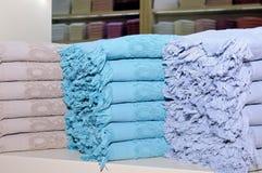 Terry ręczniki wiele colours składają stosem zdjęcia stock