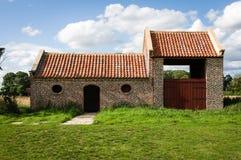Återställd stall eller ladugård - byggnad för röd tegelsten - Scampston Hall - Arkivbilder
