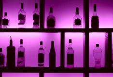 Terug aangestoken flessen in cocktailbar Royalty-vrije Stock Afbeeldingen