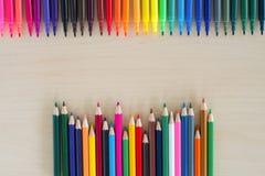 Terug naar de pennen en de potlodentoebehorenachtergrond van de schoolkantoorbehoeften kleurrijke stock fotografie