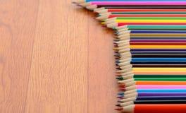 De Potloden van de kleur op Houten Vloer royalty-vrije stock afbeeldingen