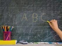 Terug naar het Concept van de School Hand die op het bord met stat schrijven royalty-vrije stock afbeeldingen