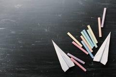 Terug naar het Concept van de School Kleurrijk krijt en document vliegtuig op bord van hierboven Stock Foto