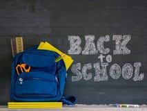Terug naar het Concept van de School Schooltas met kantoorbehoeften en notitieboekjes royalty-vrije stock fotografie