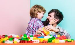 Terug naar onze wortels Kindontwikkeling de bouwhuis met kleurrijke aannemer Gelukkige familievrije tijd Het spel van de vader en stock foto
