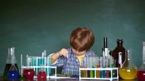 Terug naar School chemie Het wetenschapsklaslokaal De Meisjes van Exellent en luie jongen Wetenschap en onderwijsconcept stock footage