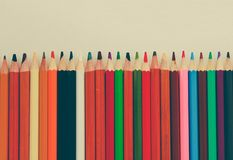 Terug naar school, concept van kleurpotloden op een gele achtergrond van geweven document voor het schetsen Gekleurd in in en stock fotografie