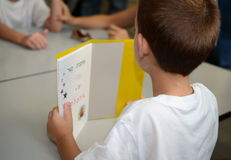 Terug naar school: een eerste-nivelleermachine op de eerste dag van school Stock Fotografie