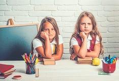 Terug naar school en huis het scholen bored schooljonge geitjes bij les in 1 september Schooltijd van meisjes Vriendschap van kle stock fotografie