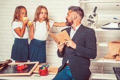Terug naar school en huis het scholen Schooltijd van zusters en vader in bibliotheek Onderwijs in kennisdag literatuur royalty-vrije stock foto's