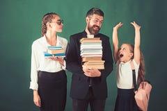 Terug naar school en huis het scholen Schooltijd van zusters en vader in bibliotheek Onderwijs in kennisdag literatuur royalty-vrije stock afbeeldingen