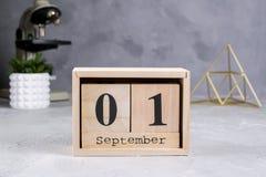 Terug naar School Groep schoollevering, microscoop en houten kalender met datum 1st September Royalty-vrije Stock Afbeeldingen