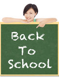 Terug naar school, het jonge punt van het studentenmeisje aan bord Stock Afbeelding
