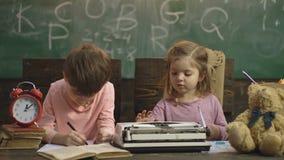Terug naar School Het leren concept onderwijs, wetenschaps, technologie, kinderen en mensenconcept Leid Vriendenkennis op stock videobeelden