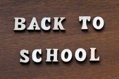 Terug naar School Houten brieven op een bruine achtergrond Royalty-vrije Stock Foto's