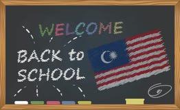 Terug naar school met het leren en kinderjarenconcept Banner met een inschrijving met het krijtonthaal terug naar school en het M stock illustratie